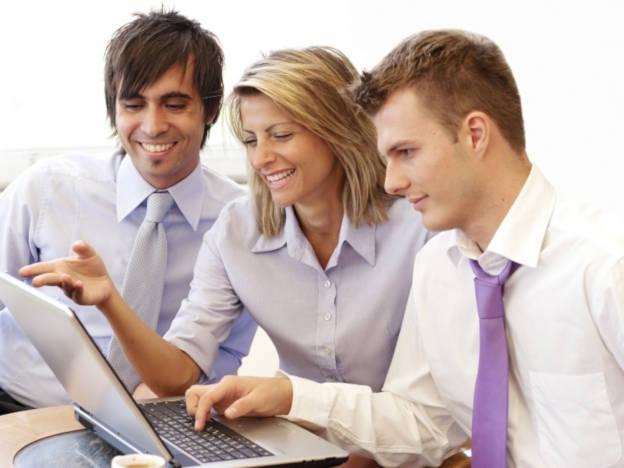 Junge Leute arbeiten gemeinsam am Laptop