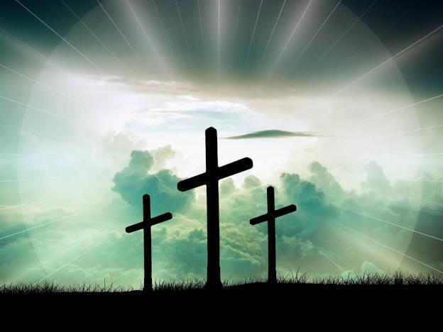 Kreuze auf Berg im Licht