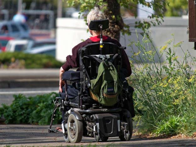 Kranker ALS Patient im elektrischen Rollstuhl